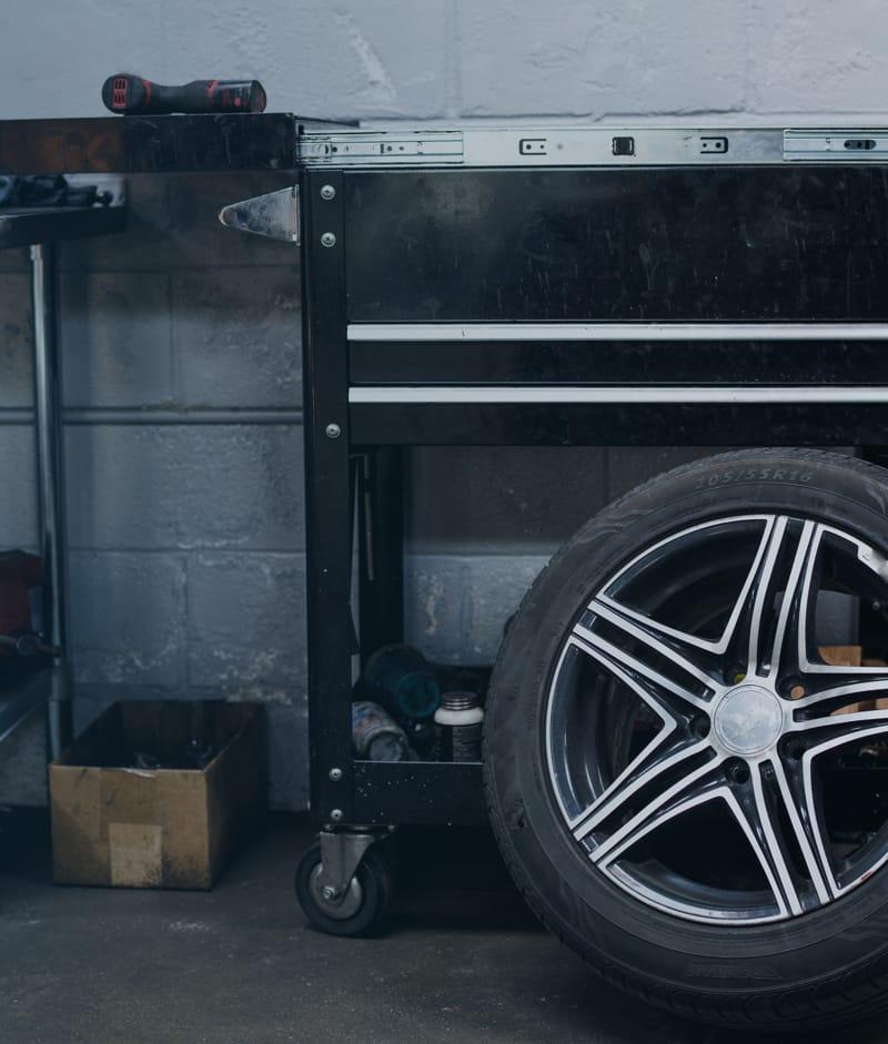 Elementy wyposażenia warsztatu samochodowego